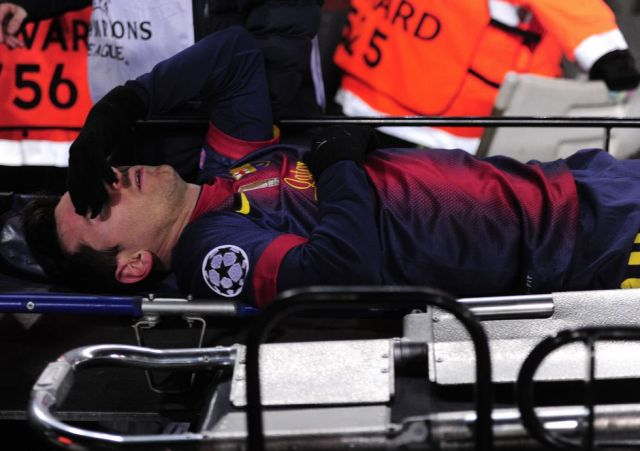 messi stretchered off knee injury barça benfica
