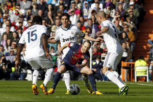 real madrid 2-1 barcelona iniesta surrounded