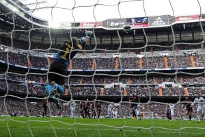 real madrid 2-1 barcelona valdés save ronaldo free kick