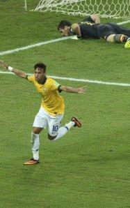Neymar beats Casillas brazil 2013