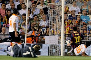 Valencia 2-3 barcelona messi first goal hat-trick 2013