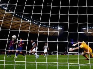 Champions League Final 2015 Suárez scores goal